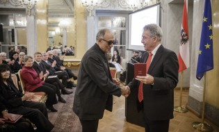 Iranian film director Abbas Kiarostami receiving his Cross of Honor from Austria's President Heinz Fischer - Photo credit: Peter Lechner/HBF