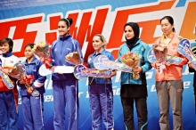 2016 ITTF Asia Olympic Qualification, Hong Kong - Award ceremony - Women - Iranian table tennis player Neda Shahsavari secured Olympic spot for Rio 2016 - 02